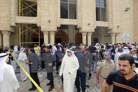 Lực lượng an ninh Kuwait tập trung bên ngoài nhà thờ Al-Imam al-Sadeq sau vụ đánh bom. (Nguồn: