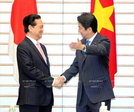 Thủ tướng Nguyễn Tấn Dũng và Thủ tướng Shinzo Abe trong chuyến thăm Nhật Bản tháng 12/2013