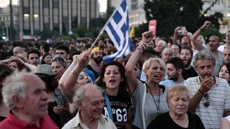 Người dân Hy Lạp tuần hành ở Athens biểu thị sự ủng hộ đối với chính phủ. (Ảnh: