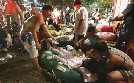 Nhân viên cứu hộ chăm sóc các nạn nhân. (Ảnh