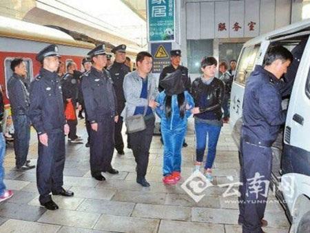 Các đối tượng buôn người bị cảnh sát Trung Quốc bắt giữ.