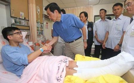 Nhà lãnhđạoĐài Loan Mã Anh Cửu tới thăm các nạn nhân trong bệnh viện. (Ảnh: