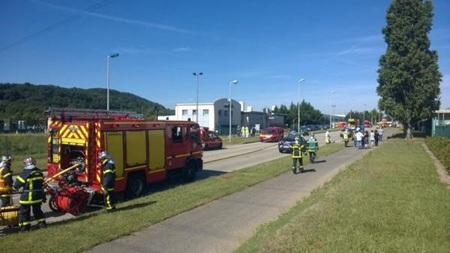 Cảnh sát, cứu hỏa triển khai lực lượng ở hiện trường vụ tấn công gần Grenoble. (Nguồn: