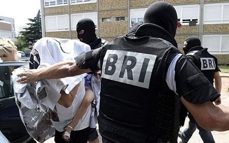 Cảnh sát Pháp áp giải một phụ nữ trong vụ điều tra về Yassin Salhi (Nguồn: