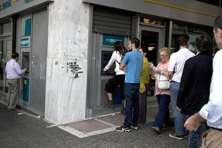 Người dân Hy Lạp đổ xô đi rút tiền sau quyết định trưng cầu dân ý. (Nguồn: