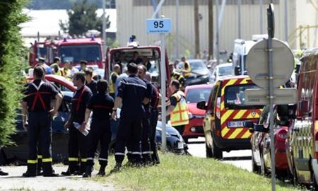 Cảnh sát và lính cứu hỏa tại hiện trường vụ tấn công. (Ảnh: