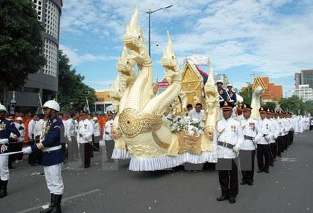 Linh cữu ông Chea Sim được rước trên đường phố Phnom penh đến đài hỏa thiêu. (Ảnh: