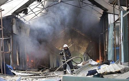 Một khu chợ ở Donetsk bị trúng pháo hôm 3/6
