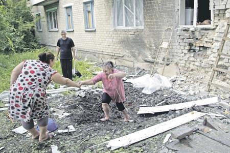 Nhà cửa người dân vùng Donbass vẫn tiếp tục bị phá hủy bởi vũ khí hạng nặng.