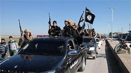 Các tay súng IS tại Iraq trong một cuộc phô trương lực lượng trên đường phố. (Ảnh: