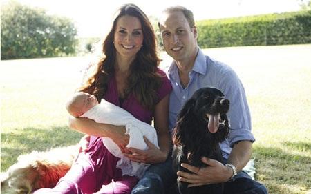 Hoàng tử George cùng với cha mẹ trong bức ảnh chụp tại Cung điện Kensington mùa hè năm 2013