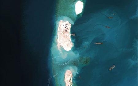 Ảnh vệ tinh chụp Trung Quốc cải tạo bãi Vành khăn trên Biển Đông