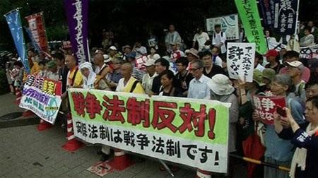 Nhiều người dân Nhật Bản đã xuống đường biểu tình phản đối việc thông qua dự luật. (Ảnh:
