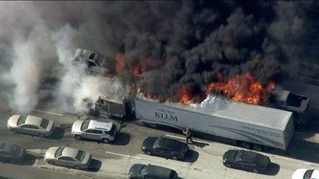 Ảnh vụ cháy lan ra cao tốc chụp từ trên cao.