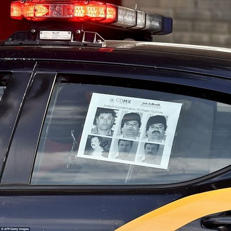 Hình ảnh trùm ma túy Joaquin El Chapo Guzman được dán khắp nơi (Nguồn: