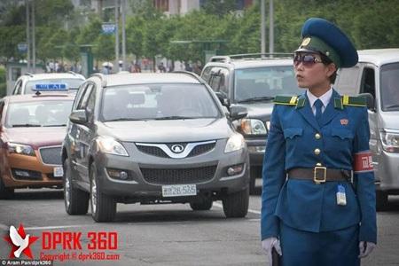 Đoạn video cho biết kính râm cỡ lớn đang trở thành mốt tại Triều Tiên. (Nguồn: