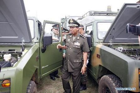 Ông Tea Bank xem lô xe quân sự Trung Quốc cấp cho Campuchia hôm 23/5 vừa qua. (Ảnh: