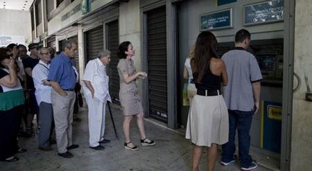 Người dân Hy Lạp xếp hàng chờ rút tiền. (Ảnh: