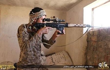 Một tay súng bắn tỉa của IS. (Ảnh:
