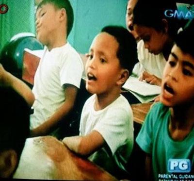 Giáo viên nhận xét Daniel là đứa trẻ thông minh và vui vẻ.
