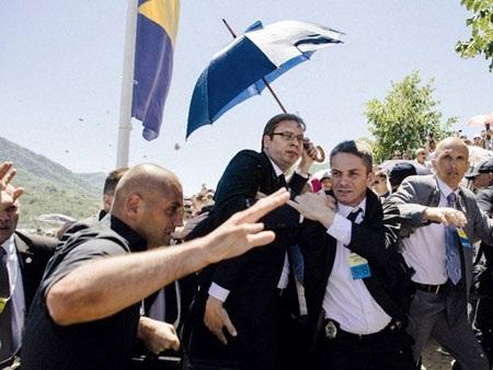Thủ tướng Serbia Aleksandar Vucic bị ném đá ở lễ tưởng niệm thảm sát Srebenica. (Nguồn: