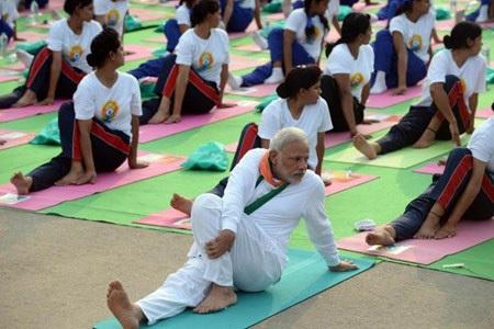 Thủ tướng Ấn Độ Modi say sưa tập yoga, kỷ niệm Ngày Yoga Quốc tế (21.6) tại Delhi