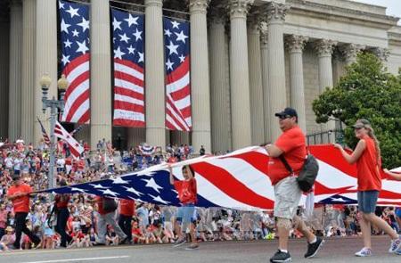 Hàng nghìn người dân Mỹ đã tham gia lễ diễu hành chào mừng Quốc khánh lần thứ 239. (Ảnh: