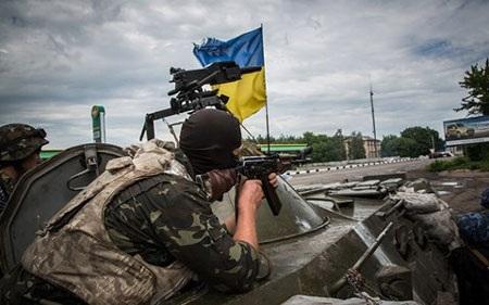 Binh lính Kiev ở miền Đông Ukraine (ảnh: The Guardian)