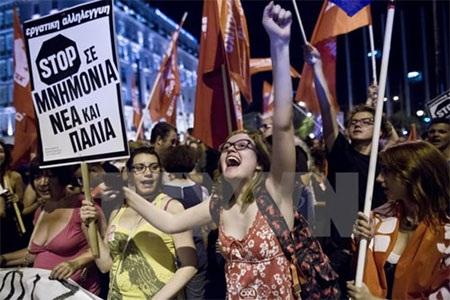 Người dân tại thủ đô Athens mừng chiến thắng sau kết quả sơ bộ cuộc trưng cầu dân ý. (Nguồn: