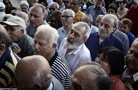 Khung cảnh bên ngoài một chi nhánh ngân hàng Quốc gia Hy Lạp tại Athens.