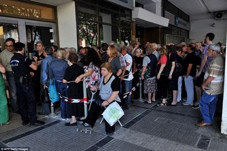 Hàng trăm người cao tuổi khác cũng chịu vất vả xếp hàng để nhận tiền.