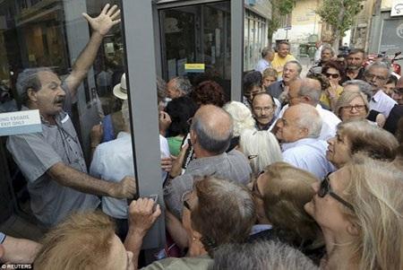 Đám đông xô đẩy nhau để được vào trong ngân hàng.