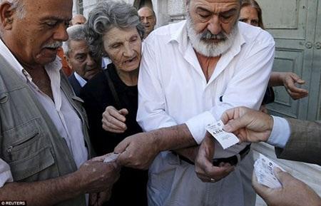 Các cụ già nhận tích kê xếp hàng tại một ngân hàng ở thành phố Athens.
