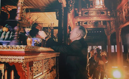 Hòa nhập văn hóa! Đại sứ Ted Osius thắp hương tại Đại Nội – Huế, 2/2014. (Tác giả: