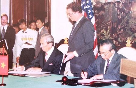 Lễ ký thiết lập quan hệ ngoại giao Việt Nam – Hoa Kỳ tại Hà Nội ngày 5/6/1995 – (Tác giả: