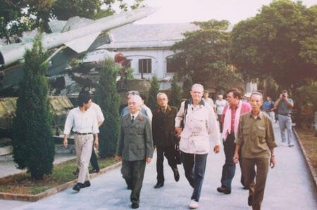 Đại Tướng Võ Nguyên Giáp với tướng Hal Moore (1995) – (Tác giả: