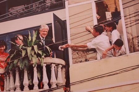 Đại sứ Mỹ đầu tiên tại Việt Nam, Pete Peterson trình quốc thư (Hà Nội – 14/5/1997) – (Tác giả: