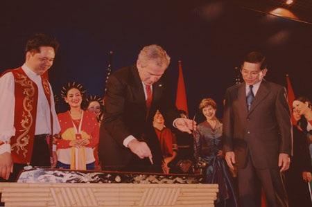 Tổng thống Mỹ George W. Bush với cây đàn bầu Việt Nam (2006) – (Tác giả: