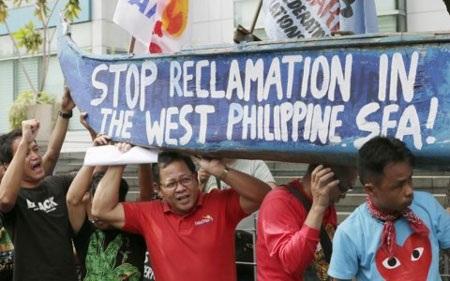 Người dân Philippines biểu tình kêu gọi Trung Quốc ngừng cải tạo đảo ở Biển Đông. (Ảnh