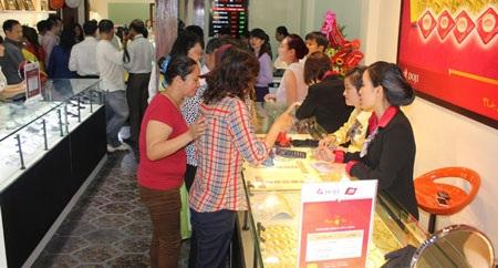 Người dân mua vàng lấy may dịp đầu năm.