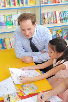 Ông Ben Longworth cùng học viên tại I Can Read.