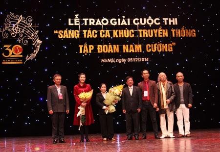 Nhạc sĩ Đỗ Hồng Quân trao giải cho các tác giả
