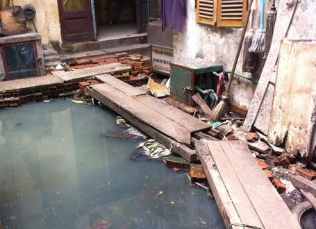 Các hộ dân số 146 Quán Thánh mòn mỏi chờ cơ quan chức năng giải cứu khỏi tình trạng ô nhiễm.