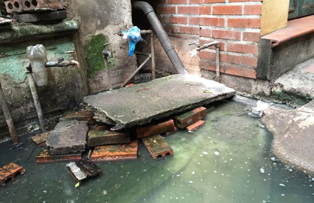 Hệ thống nước sạch bị chôn vùi nhiều tháng trong nước thải không ai dám sử dụng.