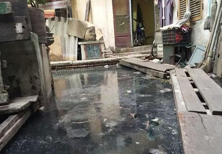 Quá hạn TP. Hà Nội chỉ đạo số nhà 146 phố Quán Thánh vẫn ngập trong nước thải, nước bể phốt
