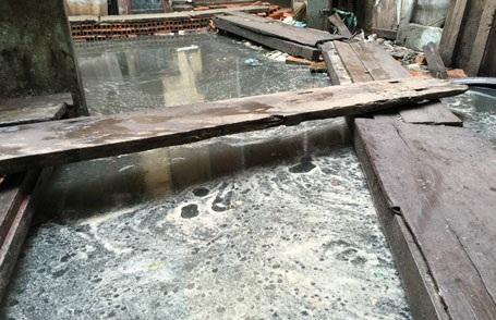 Nước thải sinh hoạt, nước bể phốt ngập sâu hàng mét ở 146 Quán Thánh