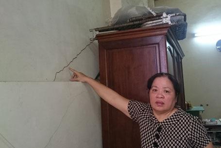 Tường nhà bà Tý chằng chịt những vết nứt do công trình vi phạm của hộ ông Chiến gây ra