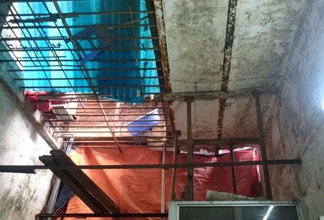 Phần trần tầng 2 nhà bà Tý bị nghiêng, nứt do công trình vi phạm TTXD gây ra