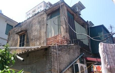 Diện tích tường nhà bắt đầu bong tróc, xuống cấp từ nhiều năm trước