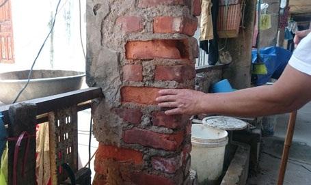 Chỉ cần dùng ngón tay tác động gạch xây cột nhà dễ dàng bở bùng bục khiến nhiều người hãi hùng